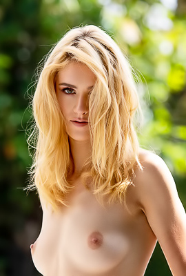 /Skinny And Extra Hot Blond Mazzy Grace