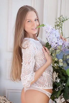 /Glamour And Elegant Young Beauty Nimfa B.