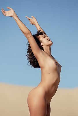 /Curly Naked Babe Fo Porter In Desert