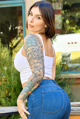 /Ivy Gorgeous In Jeans