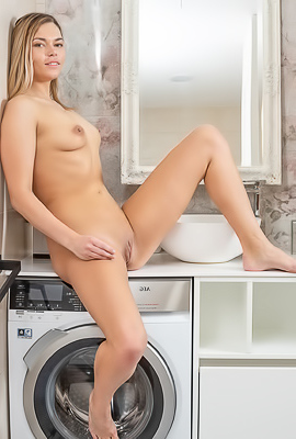 /Blonde Amateur Hottie Dei Naked In Bathroom